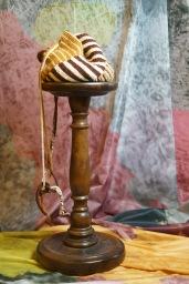 Het bij elkaar zoeken van de kleuren is toch wel het leuks om te doen. De tas is helemaal zelf gemaakt van wol. Het wol komt van oude kleding af, zo is het bruin in de tas van een vest die al veertig jaar oud is.