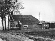 Er komen een aantal dingen samen op deze foto voor mij. Deze foto is genomen in de periode dat ik daar speelde als kind. We zwommen in het pierebadje, zoals wij de speelvijfer noemde. Op de achtergrond de kerk, waar wij de kerkdiensten bijwoonde. daarnaast lag de school waar ik naartoe ging. Aan het Troetstraplein had mijn grootvader een kapperszaak. Ik voel een verbinding met die speciale plek in een stad in Drenthe